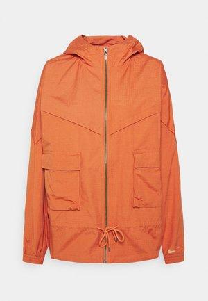 W NSW ICN CLSH JKT WR CANVAS - Træningsjakker - light sienna/healing orange