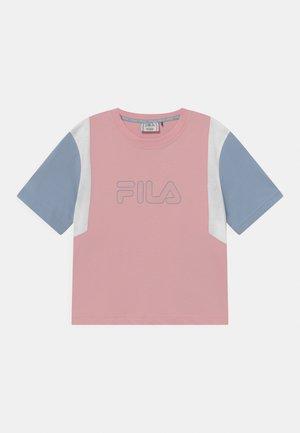 SAMARA BLOCKED CROPPED TEE - T-Shirt print - coral blush/blue fog/bright white