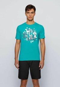 BOSS - TEE 2 - Print T-shirt - green - 0