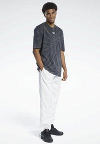 Reebok Classic - CLASSICS TIE-DYE T-SHIRT - T-shirt imprimé - black - 0
