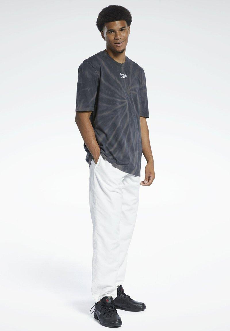 Reebok Classic - CLASSICS TIE-DYE T-SHIRT - T-shirt imprimé - black