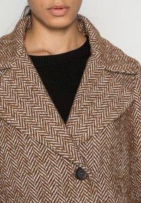 FUCHS SCHMITT - Classic coat - nuss/creme - 4