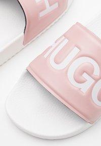 HUGO - TIME OUT SLIDE  - Pantofle - light pastel pink - 4