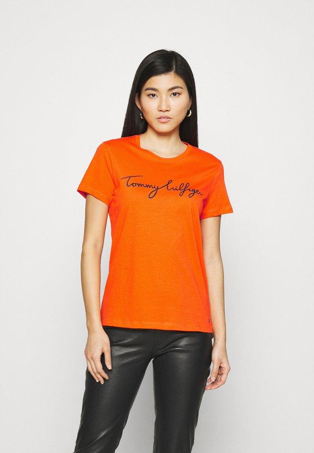 CREW NECK GRAPHIC TEE - Print T-shirt - princeton orange