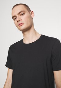 Cotton On - ESSENTIAL TEE 3 PACK - Basic T-shirt - black - 4