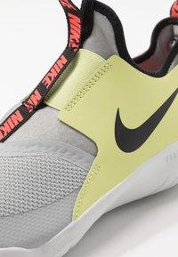Nike Performance - FLEX RUNNER - Závodní běžecké boty - light smoke grey/black/limelight/photon dust - 2
