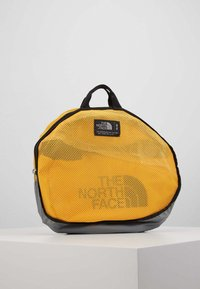 The North Face - BASE CAMP DUFFEL M UNISEX - Sportovní taška - summit gold/black