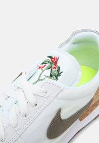Nike Sportswear - DBREAK TYPE M2Z2 UNISEX - Tenisky - white/galactic jade/white/volt - 6