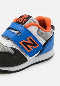 New Balance - IZ996MBO - Sneakers laag - blue/orange - 5