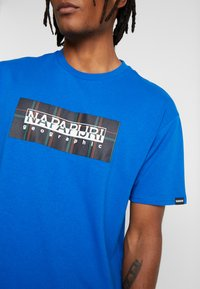 Napapijri The Tribe - SOX CHECK  - T-shirt med print - blue snorkel - 4