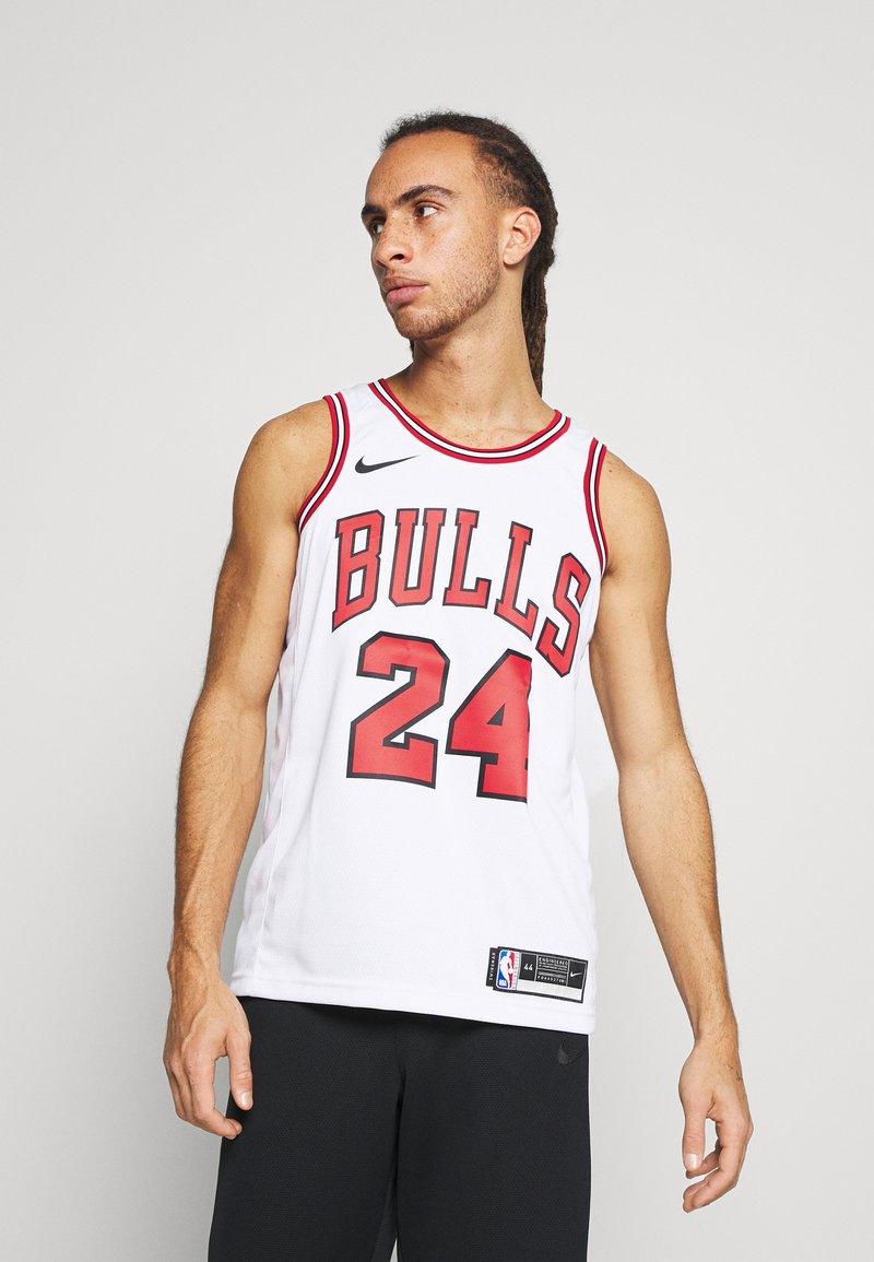 Nike Performance - NBA CHICAGO BULLS LAURI MARKKANEN SWINGMAN - Article de supporter - white/university red/black