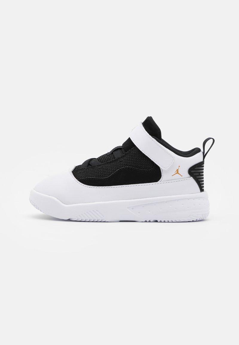 Jordan - MAX AURA 2 UNISEX - Basketball shoes - white/metallic gold/black