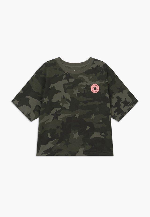 STAR CAMO BOXY TEE - T-shirt med print - shadow green