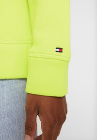 Tommy Hilfiger - HOODIE - Jersey con capucha - hyper yellow - 5