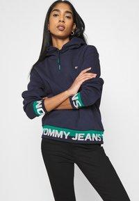 Tommy Jeans - BRANDED HEM HOOD - Sweat à capuche - twilight navy - 0