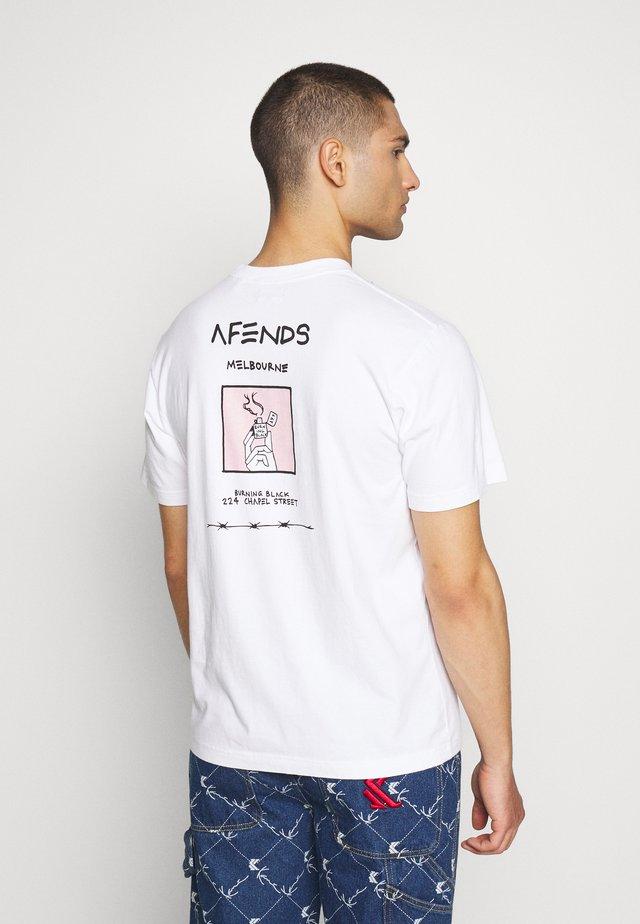 UNISEX BURNING BLACK TEE - T-shirts med print - white