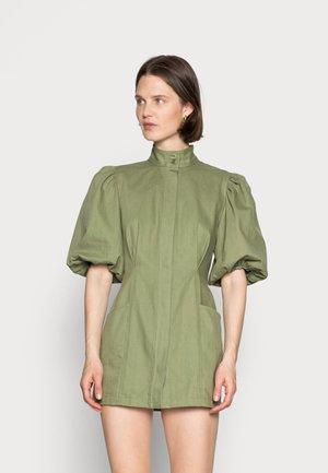 HIGH STAKES DRESS - Skjortekjole - moss