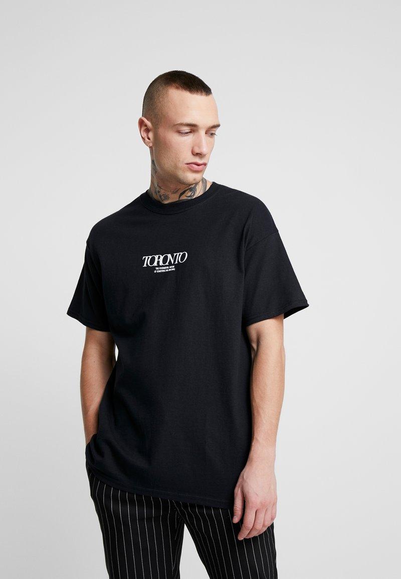 Topman - UNISEX TORONTO REFLECTIVE TEE - T-shirt z nadrukiem - black