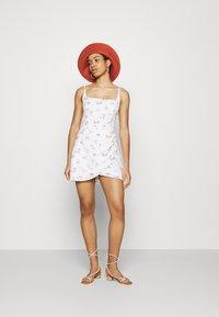 Abercrombie & Fitch - BARE WRAP SHORT DRESS - Kjole - white - 1