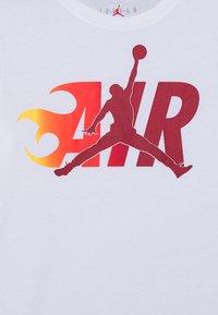 Jordan - AIR FLAME - Triko spotiskem - white - 2