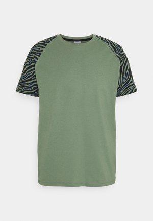 JORLARS TEE - Print T-shirt - sea spray