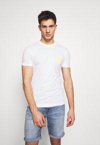 Calvin Klein Jeans - INSTIT POP LOGO SLIM TEE - T-shirt z nadrukiem - bright white - 0