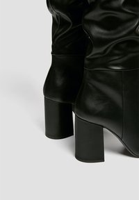 PULL&BEAR - Kozačky na vysokém podpatku - black - 4