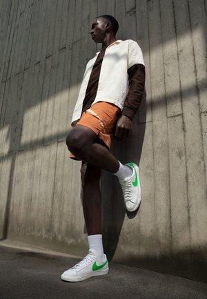BLAZER - Sneakers laag - white/green spark/sail