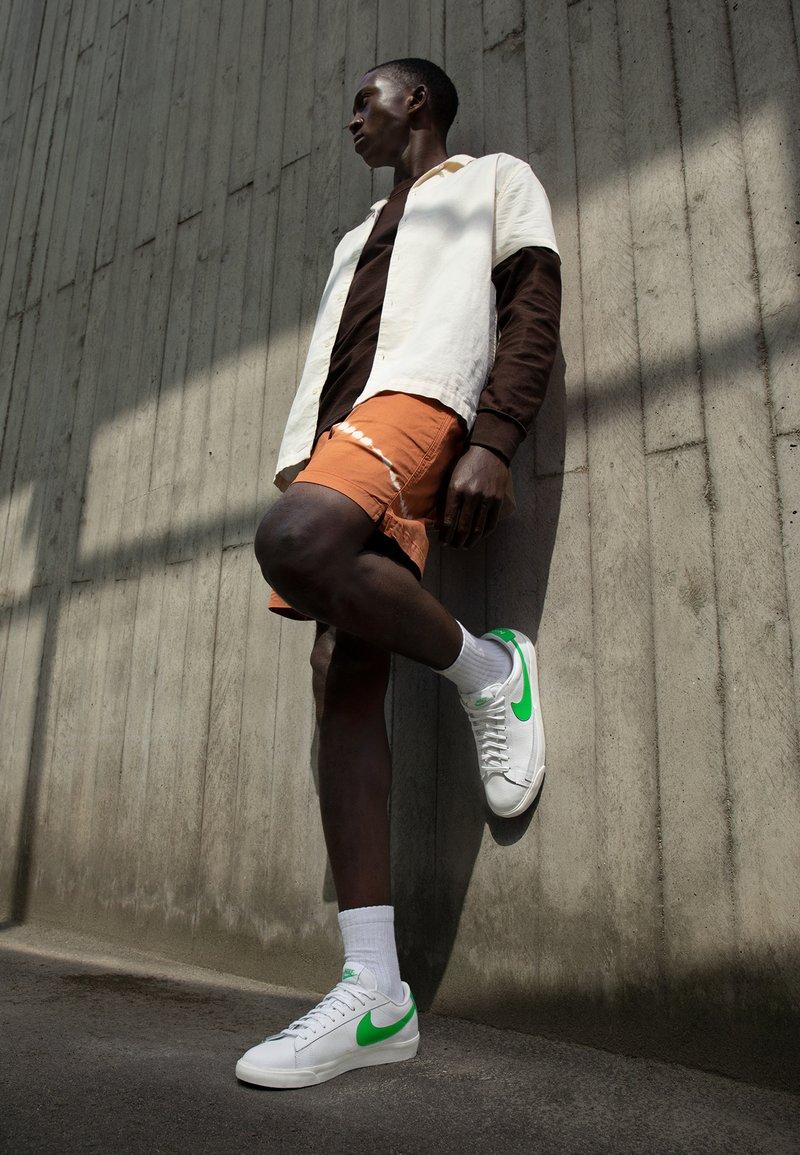 Nike Sportswear - BLAZER - Tenisky - white/green spark/sail