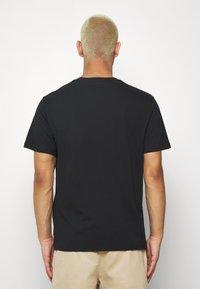 Levi's® - HOUSEMARK GRAPHIC TEE - Print T-shirt - black - 2
