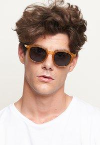 Meller - BANNA - Sunglasses - amber carbon - 1
