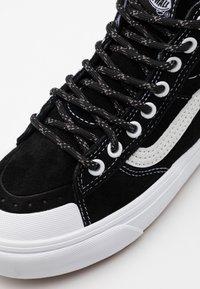 Vans - SK8 MTE 2.0 DX UNISEX - Sneakersy wysokie - black/true white - 5