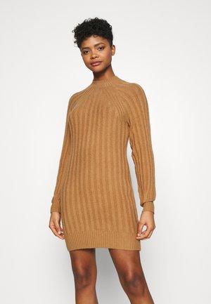 SWEATER DRESS - Pletené šaty - tan