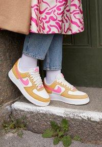 Nike Sportswear - AIR FORCE 1 - Baskets basses - twine/electro orange/sail/white - 2
