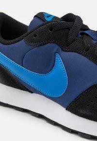 Nike Sportswear - VALIANT UNISEX - Sneakers laag - blue void/signal blue/black/white - 5