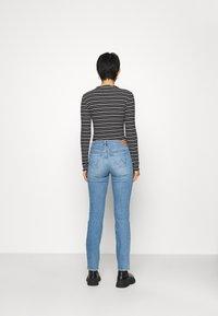 Wrangler - Straight leg jeans - sunkiss - 2