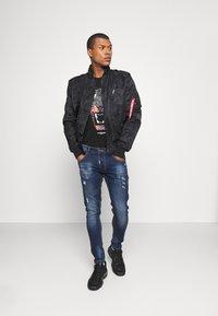 Alessandro Zavetti - GROWLER DUAL TEE - Print T-shirt - jet black black/orange/pink - 1