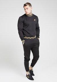 SIKSILK - CHAIN - Maglietta a manica lunga - black/gold - 1