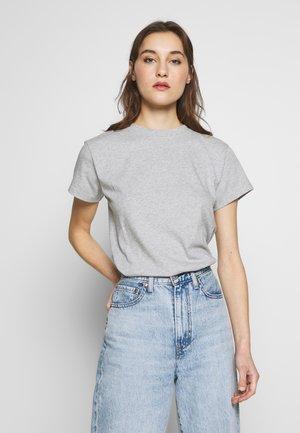 SHORT SLEEVE ROUND NECK LOGO AT BACK NECK - Basic T-shirt - pebble melange