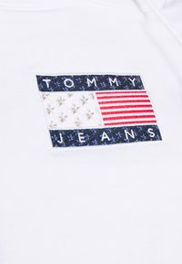Tommy Jeans - AMERICANA BADGE HOODIE - Sweat à capuche - white - 5