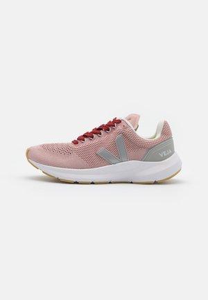 MARLIN LT - Chaussures de running neutres - babe/silver