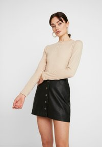 Missguided - BUTTON UP NECK LONG SLEEVED BODYSUIT 2 PACK - Long sleeved top - camel/burgundy - 2