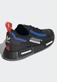adidas Originals - NMD_R1 SPECTOO UNISEX - Sneakersy niskie - core black/yellow tint - 4