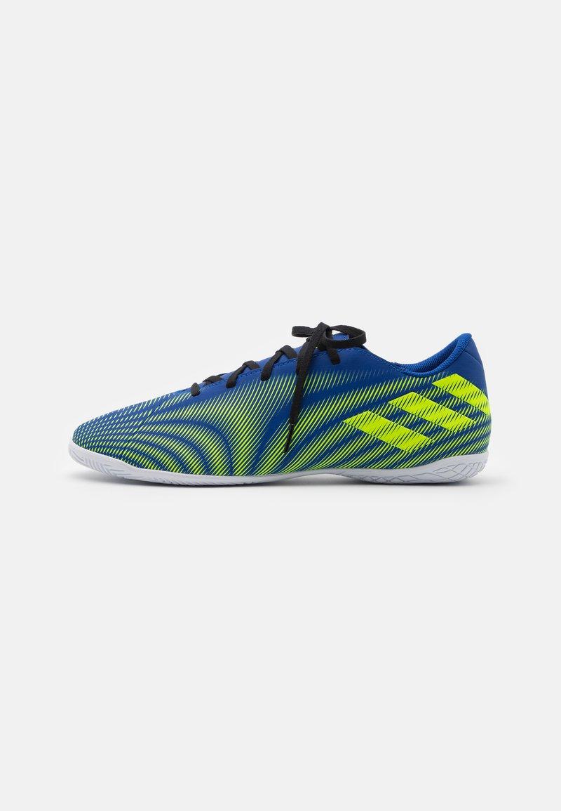 adidas Performance - NEMEZIZ .4 IN - Indoor football boots - royal blue/solar yellow/footwear white