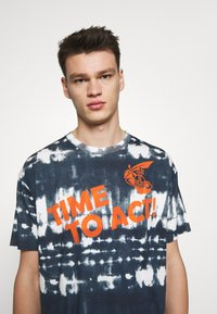 Vivienne Westwood Anglomania - TIME TO ACT - Print T-shirt - dark blue - 3