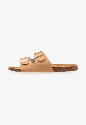 REX DOUBLE BUCKLE SLIDE - Domácí obuv - camel