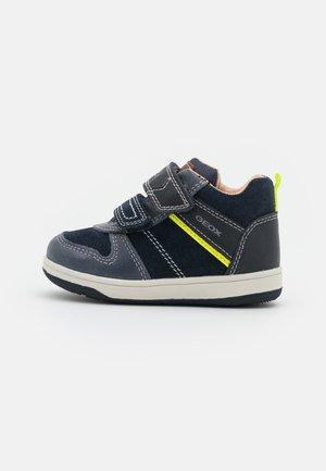 NEW FLICK BOY - Sneakers hoog - navy/fluo yellow