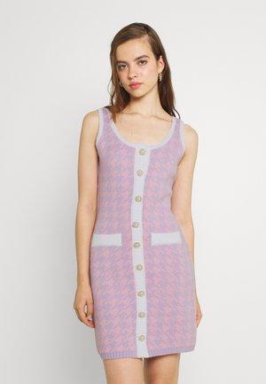 PEARL BUTTON HOUNDSTOOTH MINI - Strikket kjole - pink