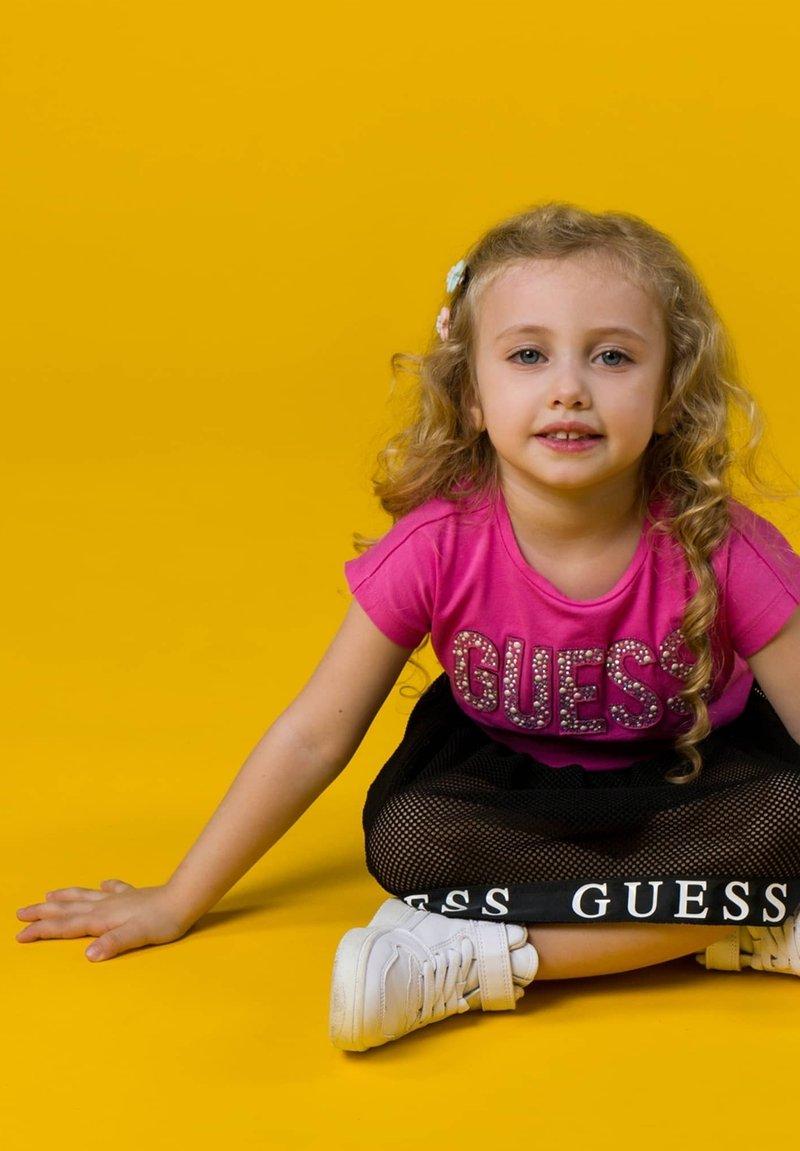 Guess - NIETEN - Print T-shirt - mehrfarbe rose