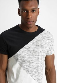 YOURTURN - Print T-shirt - black/off-white - 4